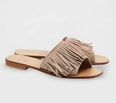 These ultra-flat sandals are made from soft suede leather. The band on the front is covered with fringe. Leather lining, insole and sole.  Product name:SEMPRE Product code:5521126003002  See more Accessories, Bags