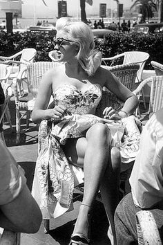 Diana Dors at the 1956 Cannes Film Festival - ♔ Vintage Style 2 Glamour Hollywoodien, Old Hollywood Glamour, Vintage Hollywood, Classic Hollywood, Diana Dors, Jayne Mansfield, Divas, Catherine Deneuve, Cannes 2014