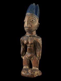 """36 Figur, """"ibeji"""" Yoruba, Nigeria H 22,5 cm   Ibeji genannte Zwillingsfiguren aus der Gegend von Ogbomosho im Bundesstaat Oyo.  Über Zwillinge wurde schon immer gerätselt: Vergöttert oder verteufelt, in Legenden und Mythen, ja sogar in der Astrologie finden wir die Paare als Ausdruck der Faszination, die von ihnen ausgeht. So auch bei den Yoruba im Südwesten Nigerias, welche nachweislich die weltweit höchste Zwillingsgeburtenrate für sich beanspruchen können."""
