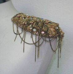 hombrera pedreria carmen mayz Costura Diy, Textiles, Diy Projects To Try, Shoulder Pads, Retro, Jewelry Art, Embellishments, Collars, Wedding Planning