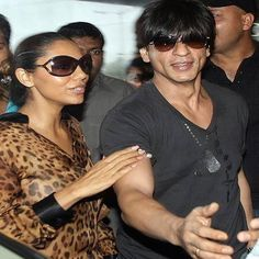 Here is some Pictures of Gauri Khan with and without Makeup inspire to you Very Beautiful Woman, Beautiful Family, Shahrukh Khan Family, Oval Faces, Celebrity Wallpapers, Photo Makeup, Without Makeup, Bollywood Actors, Aging Gracefully