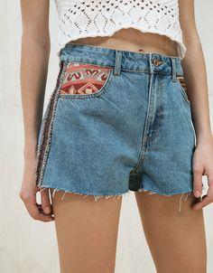 Short en jean customisé. Découvrez cet article et beaucoup plus sur Bershka, nouveaux produits chaque semaine.