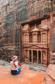 20 Essential Things To Know Before Visiting Petra In Jordan - - Planning a visit to Petra in Jordan? Read these 20 top tips first. You will discover all the essential things you need to know before visiting Petra. Petra Tours, Places To Travel, Places To Visit, Travel Destinations, City Of Petra, Jordan Travel, Jordan Tourism, Station Balnéaire, Sharm El Sheikh