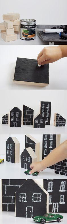 木片に黒板スプレーを塗って作ったビルや家。ミニカー好きの男の子はもちろん、自分の好きなデザインで建物を描けちゃうから、女の子のごっこ遊びにも最適です♪