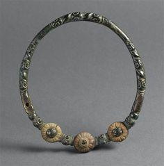 Torque - PERIOD 4th century BC. Bronze. Celtic art. | Photo (C) RMN-Grand Palais (musée d'Archéologie nationale) / Thierry Le Mage.