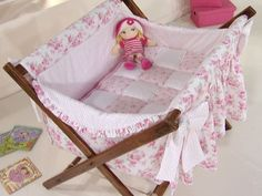catre para bebe con patterns y tutorial Baby Crib Sets, Baby Cribs, Baby Bedding, Baby Travel Bed, Baby Sewing Projects, Baby Shop, Mom And Baby, Kids Furniture, Girl Room