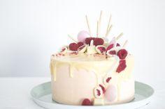 Frühlings Vanilletörtchen mit Litschi-Buttercreme- weißer Schokolade- Himbeeren und Brauseufos-4
