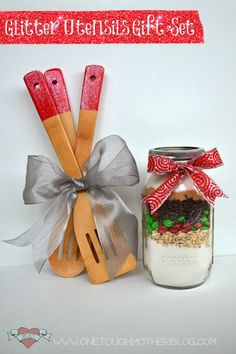LOVE this easy hostess or teacher gift idea - dipped handle utensils and mason jar cookie set! Super inexpensive too - holiday DIY using Mod Podge - click thru for the full tutorial! Teacher Christmas Gifts, Handmade Christmas Gifts, Homemade Christmas, Teacher Gifts, Holiday Crafts, Holiday Fun, Holiday Ideas, Christmas Diy, Mason Jar Cookies