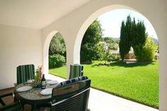 Villa Bonita is een knus vakantiehuis voor gezinnen tot 5 personen. De villa maakt een verzorgde indruk en ook de mooi aangelegde tuin wordt door de buitengewoon vriendelijke Spaanse eigenaar tot in de puntjes onderhouden. In de tuin staan enkele fruitbomen, met o.a. heerlijke sinaasappels, die je voor eigen consumptie mag gebruiken. Het huis ligt in een altijd groene vallei en biedt een mooie uitvalsbasis voor wandelingen in de omgeving.