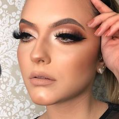 Começando básicas hoje ! Hahaha Curso iniciante com a linda @mor_por_ai Arraste para o lado e veja q linda essa make Model lacriane : @mariaclarakbral Cat Eye Eyeliner, Winged Eyeliner Tutorial, Simple Eyeliner, Winged Liner, Sexy Makeup, Makeup Inspo, Makeup Inspiration, Makeup Trends, Makeup Ideas