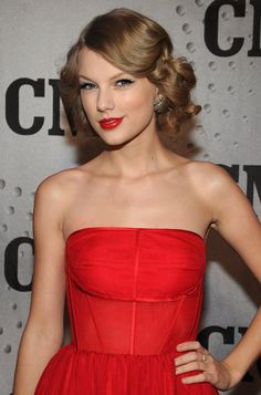 Pin for Later: Taylor Swift: De Jeune Star De La Country à Femme Fatale 2011