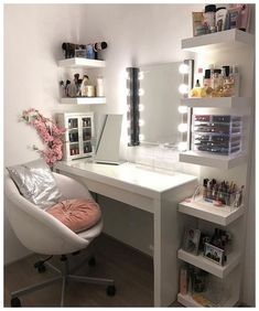 Choosing the Right Bedroom Vanity - Ideaz Home Bedroom Decor For Teen Girls, Teen Room Decor, Room Ideas Bedroom, Small Room Bedroom, Small Rooms, Cute Teen Rooms, Men Bedroom, Small Room Decor, Bedroom Furniture