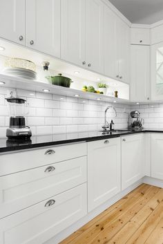 Dream Apartment Picture Ideas – My Life Spot Kitchen Sets, New Kitchen, Kitchen Decor, Apartment Interior Design, Interior Design Kitchen, Kitchen Cabinet Remodel, Kitchen Cabinets, Kitchen Backsplash, Decor Around Tv