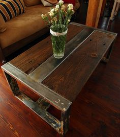 Stile vintage industriale tavolino, realizzato in legno recuperato e acciaio che ha più di 100 anni. Un pezzo solido e soulful di mobili organico