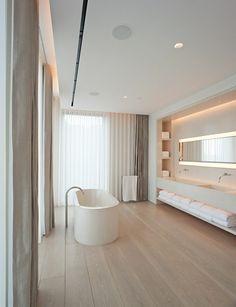moderne badezimmer freistehende badewanne holzboden fenster sichtschutz moderne vorhänge