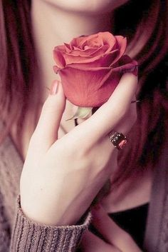Read from the story Fotos Para Tus Portadas °Pausada° by Luzguk (Luli) with reads. Lovely Girl Image, Beautiful Girl Photo, Girls Image, Beautiful Roses, Beautiful Hands, Hand Photography, Girl Photography Poses, Tattooed Couples Photography, Stylish Girls Photos