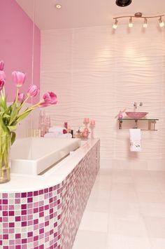 Merveilleux Murs Roses Et Une Mosaïque En Blanc Et Rose Dans La Salle De Bains  Baignoire Rose