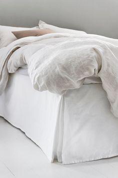 Enfärgat lugnar ner och smälter in utan att ta för mycket plats. En bra bas helt enkelt. Den här produkten är tillverkad i 100% ekologisk bomull. Det är bättre för dig, din familj, miljön och för dem som arbetar på odlingarna. Vår ekologiska bomull är producerad utan konstgödsel, kemiska bekämpningsmedel och utan genmodifiering. Vi på Jotex älskar textil och vi kommer efter bästa förmåga bidra till att textilproduktionen ska bli mer hållbar och rättvis. Om en sängkappa kan vara en del av att…