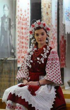#Ukrainian #embroidery #folk in ukrainian costume. Українська красуня у вишитому народному строї.  Музея Гончара.