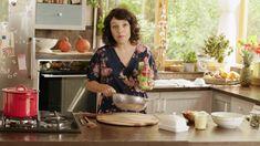 """Není nad domácí pohodu! A k té jednoznačně patří nejen dobrá nálada, ale i dobré jídlo! Proto se s vámi """"Karolína, domácí kuchařka"""" podělí o své rodinné recepty, tipy a návody, které svou zkušeností doladila téměř k dokonalosti. A vězte, že chutnat bude dětem i dospělým! Nenechejte si ujít pořad plný neodolatelných pochoutek, milých postřehů i špetky humoru! Celebrities, Roast Beef, Celebs, Celebrity, Famous People"""