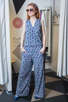 Outfit č. 1: Lindex Široké nohavice a vzory, ktoré je najlepšie kombinovať v jednom celku. Doplnky – šatka na hlavu a veľké slnečné okuliare. Masívne kožené topánky Baťa.