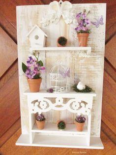 PRODUTO EXCLUSIVO KITTY ARTES- by Simone Pereira, não aceite imitação, se você ver este produto anunciado em outra loja sem ser a kitty Artes por favor denuncie, este produto faz parte de um projeto SUSTENTABILIDADE desenvolvido por mim e apresentado á SUTACO no ano de 2012. <br> <br> <br> <br>Quadro / painél - todo feito com madeira reciclada , a mesa é feita artesanalmente por nós da KITTY ARTES, o formato é aproximado : 24,0 cm larg X 40,0 cm de altura , A MESA É TOTALMENTE CRIADA E…