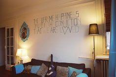 日本のお部屋のほとんどが白い壁。シンプルで家具も合わせやすいけれどやっぱり憧れは海外のようなカラフルな壁!でも壁紙は変えられないし、穴とかも開けられない...そんなあなたは壁に傷をつけずにできるDIYのウォールデコレーションに挑戦してみては♡?簡単な模様替えにもぴったりです◎