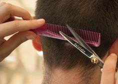 Die Haare schneiden. Dem Mann werden die Haare geschnitten.