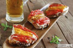 Tostas de mermelada de tomate, queso de cabra y pimientos. Receta con fotos y sugerencias de presentación. Consejos de elaboración. Recetas de aperitivos