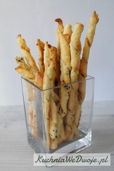 Paluszki serowe z ziołami i czarnuszką to słona przekąska na imprezę lub spotkanie z przyjaciółmi. Paluszki są bardzo proste i szybkie w przygotowaniu.
