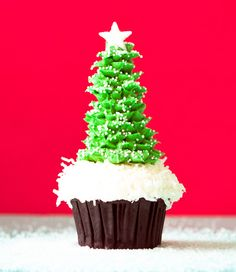Christmas Tree Cupcakes Using Ice Cream Cones. Let your child bring a unique treat to their school Christmas party and put a smile on everyones face! Christmas Tree Cupcakes, Holiday Cupcakes, Cone Christmas Trees, Magical Christmas, School Christmas Party, Christmas Events, Christmas Time, Christmas Foods, Christmas Stuff