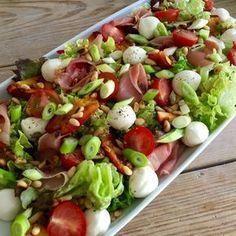 Zomerse salade met mozzarella en nectarine personen) Wat heb je nodig: – 4 nectarines in partjes gesenden – 1 tricolor kluitsla AH of Lidl – 70 gr. Easy Healthy Recipes, Healthy Cooking, Vegetarian Recipes, Salade Healthy, Salade Caprese, Mozarella, Superfood Salad, Good Food, Yummy Food