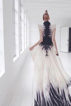 Incredible skeleton tie dye pattern amazing couture fashion photo shoot textile art creates abstract minimalism through fabric dye Couture Mode, Couture Fashion, Fashion Art, High Fashion, Womens Fashion, Fashion Design, Dress Fashion, Fashion Vestidos, Inspiration Mode
