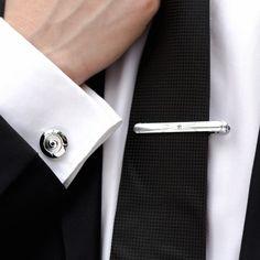 Setul de butoni camasa rotunzi si ac cravata argintiu reprezinta o alegere eleganta pentru evenimentele importante din viata ta. Accesoriile din acest set elegant sunt perfecte pentru nunta, botez si alte ocazii speciale. Butonii de camasa argintii si acul de cravata au o pietricica discreta in mijloc. Acestea sunt realizate din metal argintiu inoxidabil. Acest set de ocazie poate fi daruit unui viitor mire cu gusturi rafinate. Produsele au rol decorativ, dar sunt si utile. Accesoriile… Tie Clip, Fashion, Moda, Fashion Styles, Fashion Illustrations, Tie Pin