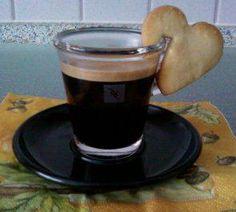 Kaffee und Kekse mal etwas anders serviert, Kekse direkt an den Tassenrand stecken.
