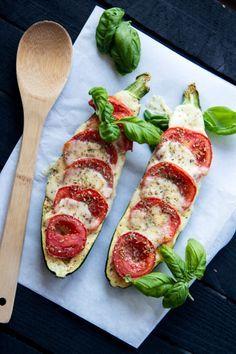 """DRUCKENZutaten: 1 mittlere Zucchini 1 Tomate 1 Kugel Mozzarella 1 Knoblauchzehe getrockneter Oregano frisches Basilikum Salz, Pfeffer, Olivenöl Zubereitung: Den Backofen auf 180 Grad vorheizen. Die Zucchini halbieren und mit einem Teelöffel die Samen entfernen. Die Zucchini mit Salz, Pfeffer und Oregano bestreuen, mit einer gepresstenKnoblauchzehe einreiben und mit dem Olivenöl betropfen. Dann mit einer … """"Zucchini überbacken mit Mozzarella, Tomaten und Basilikum"""" weiterlesen"""