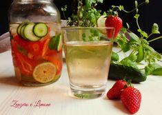 Questa acqua aromatizzata è una preparazione velocissima e semplicissima da realizzare a base di cetriolo, fragole, lime e menta fresca. Molto rinfrescante.