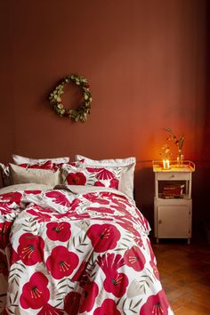 Anni-pussilakanasetti on valmistettu luomupuuvillasta. Anni duvet cover set is made from organic cotton. Beautiful red color and golden details remind of Christmas. Duvet Cover Sets, Red Color, Comforters, My Design, Organic Cotton, Blanket, Decoration, Bed, Christmas