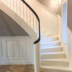 Vejletrappen leverer og monterer alt lige fra moderne til klassiske trapper. Som f.eks. denne smukke krumningstrappe med 270° sneglestart og hovedstykke.   Vores produktion ligger i Vejle, og vi har naturligvis egne og dygtige snedkere som kan levere enhver trappedrøm du måtte have.  Skal din trappe også være en vejletrappe? Så ring allerede idag og få et uforpligtende tilbud. Tlf: 8694 5512 eller find mere inspiration på vores hjemmeside. Vejle, Stairways, House, Design, Home Decor, Modern, Stairway, Stairs, Staircases