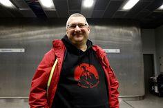 OSLO-LOS: Anders Ohlson (51) er frivillig i Refugees Welcome to Oslo. De hjelper nyankomne flyktninger med å finne veien gjennom Oslos gater - til Tøyen og registreringen hos Politiets utlendingsenhet.