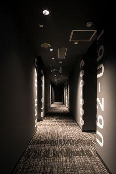 hotel corridor New Japan Capsule Hotel Cabana Hotel Corridor, Hotel Door, Hotel Hallway, Hotel Romantique Paris, Corridor Lighting, Hotel Lobby Design, Capsule Hotel, Centre Commercial, Hospital Design