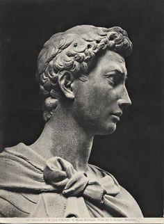 (Volto di profilo)San Giorgio. Statua in marmo. Commissionata a Donatello dalla Corporazione dei corazzai e spadai, fa parte del ciclo delle quattordici statue dei protettori delle Arti di Firenze per le nicchie esterne della chiesa di Orsanmichele. (14145-1417) Ora si trova al Museo Nazionale del Bargello.