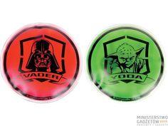 Oto najbardziej niezwykły zestaw ogrzewaczy do dłoni w całej galaktyce. Zestaw zawiera dwa ogrzewacze: czerwony z wizerunkiem Lorda Vadera oraz zielony z wizerunkiem Yody.Ogrzewacze Star Wars aktywują się w kilka sekund by osiągnąć temperaturę 52