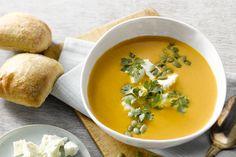 Een snel, voedzaam gerecht, deze maaltijdsoep van geroosterde zoete aardappel, wortel en feta. Deze soep lepelt heerlijk weg met een krokant stukje br...