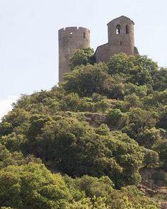 """Castillo de Fantova, Ribagorza,  Huesca, Levantado sobre un promontorio escarpado formando una antigua fortaleza medieval en la que sobresale la torre militar de 20 metros de altura y planta circular, recientemente restaurada y la ermita románica de Santa Cecilia. El acceso al reciento es en zigzag a través de una torre-puerta con piso de madera como sistema defensivo. Su construcción es espectacular y llena de innovaciones de la """"moda lombarda"""" que llegó a estas tierras en el siglo XI."""