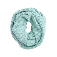 Es una bufanda azul.