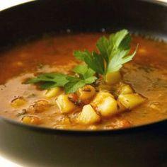 Ciorba traditionala de cartofi.  6 cartofi   2 ardei rosii   2 cepe   2-3 morcovi   o telina mica   4 rosii   3 linguri ulei de floarea-soarelui   piper   sare   2 linguri Secretul gustului
