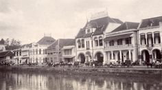 Indonesië (voorheen Nederlands-Indië), Java: Willemskade, drukbevolkte  handelskade, in Soerabaja. Java, 1910-1920.