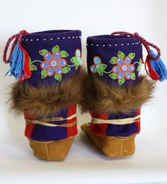 Beading Projects, Beading Ideas, Beaded Moccasins, Native Design, Bead Art, Leather Craft, Mittens, Nativity, Pride