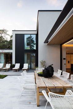En väl tilltagen och generös villa för en familj med tre barn vid det gamla fiskeläget Kämpinge öster om Höllviken.